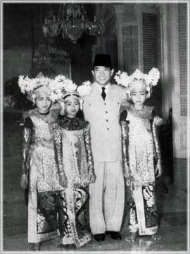 Sukarno and the dancers